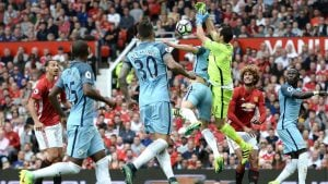 manchester-city-manchester-united-manchester-derby-fumble-flap-claudio-bravo_3783244